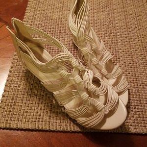 Tan sandles w small heel
